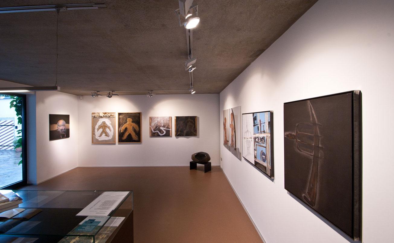 """Die Ausstellung beginnt mit dem Bild:  """" ICH - flex """",  Acryl auf Leinwand."""