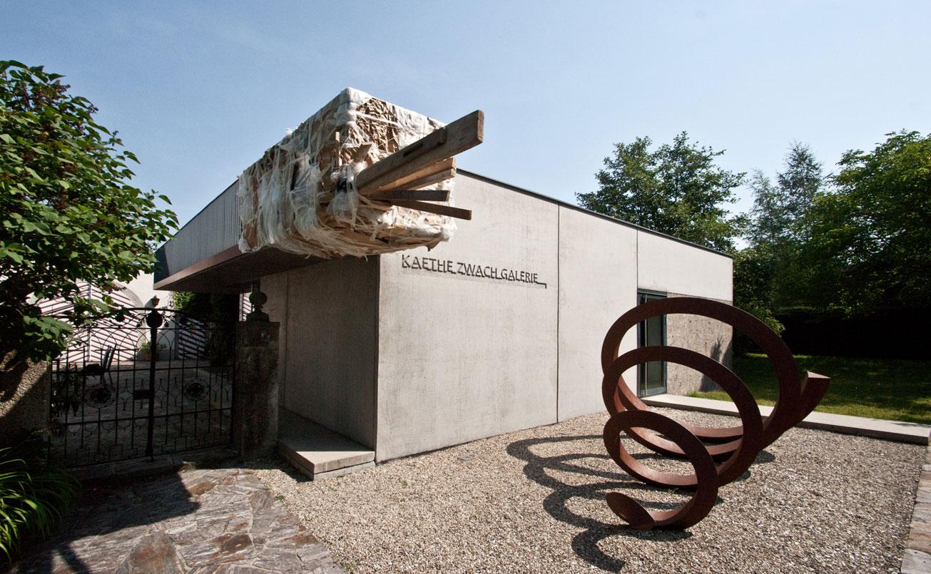 Installation am Galeriegebäude. 10 Jahre NeuBAU KAETHE ZWACH GALERIE , Kunst - Raum, Galerie - Prozess, Übrigkeiten.