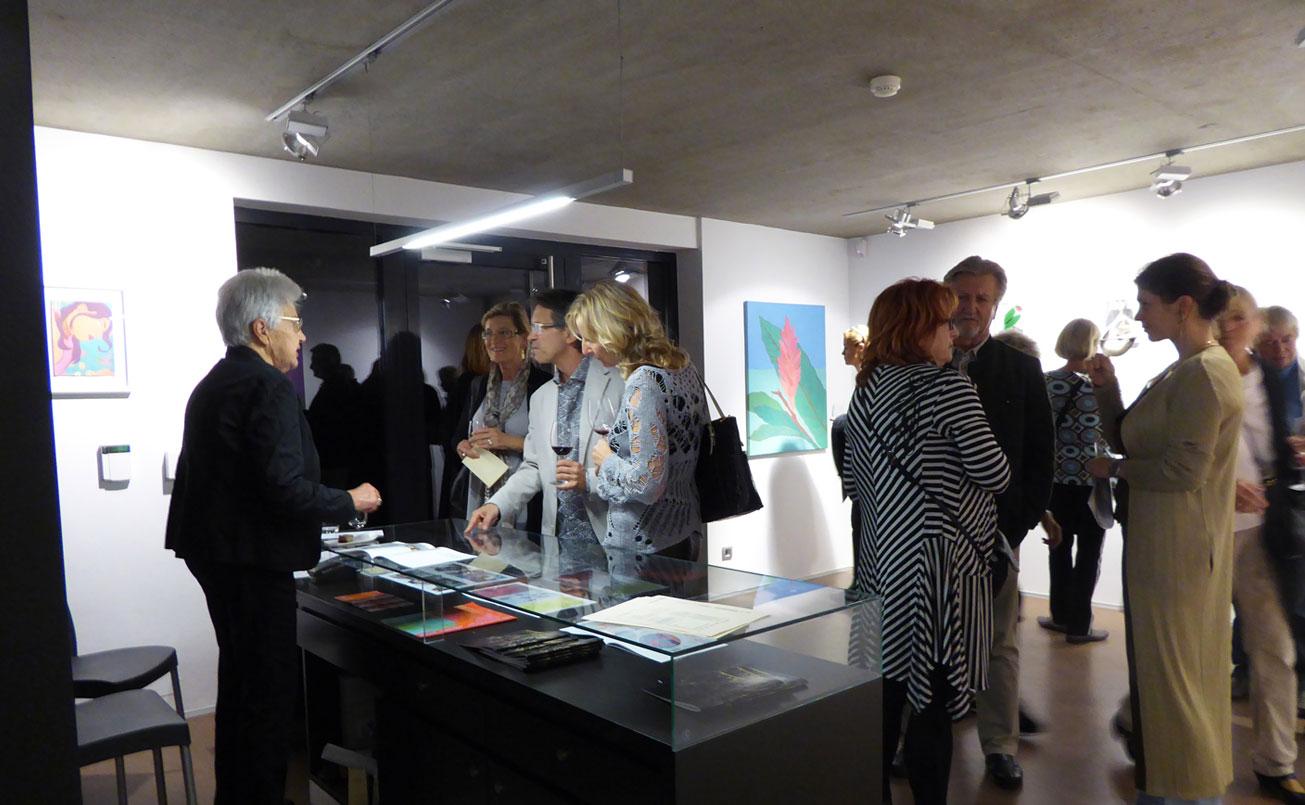 Diskussion am Bücherpult mit Kaethe Zwach, Kunstfreunden und der Laudatorin Dr. Alexandra Grimmer.