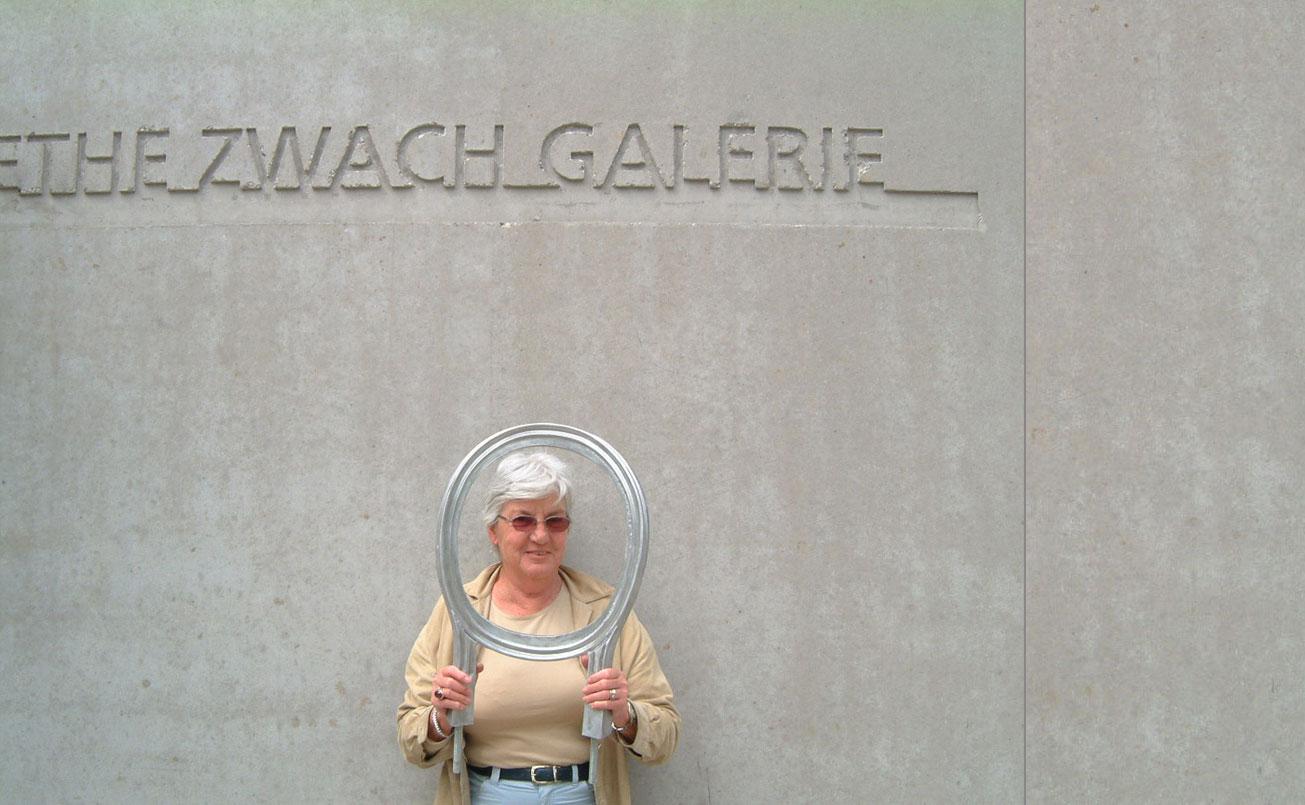 Kaethe Zwach vor der neuen Galerie Betonwand 2005 mit dem Lehnenobjekt der Betonbank im Skulpturenpark.