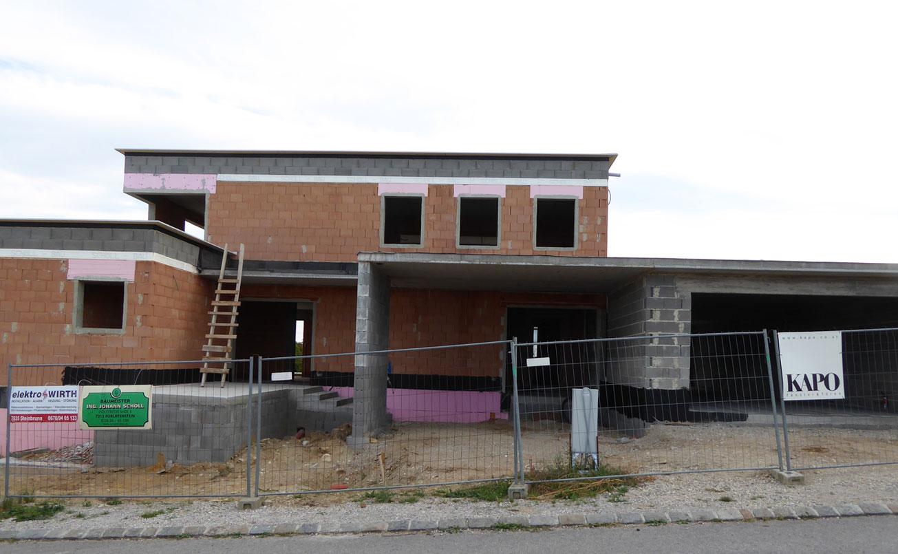 2. Bauphase, Rohrbau EG und OG, Strassenseite West mit Carport und Garageneinfahrt, Hauszugang.
