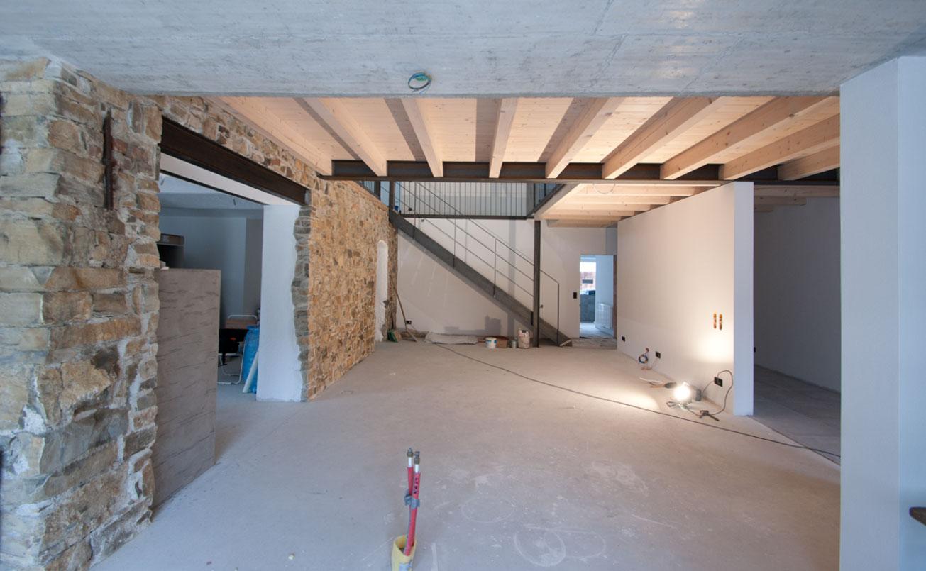 Sicht vom Küchenbereich zu Essraum mit Treppe ins OG.