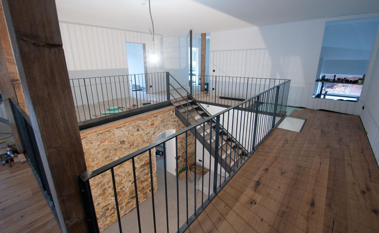 Galerie mit Sicht zur Treppe, Jugenzimmer und OG Bad.