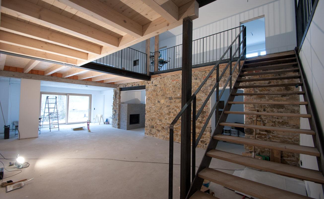 Treppe ZU OG, Blick Richtung Küche und Durchgang zu Wohnraum.