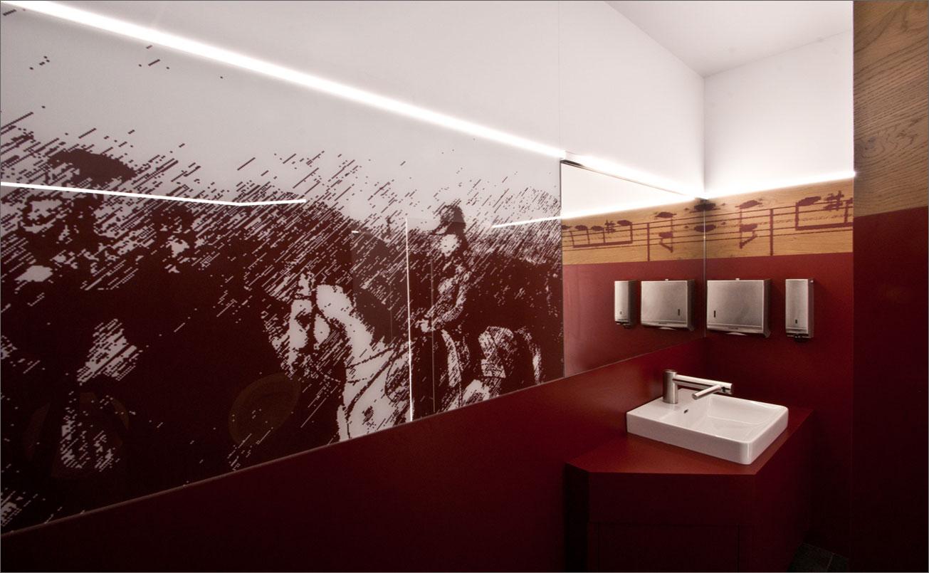 Illustrativ und musikalisch begleitet RADETZKI die Besucher der Sanitäranlagen.