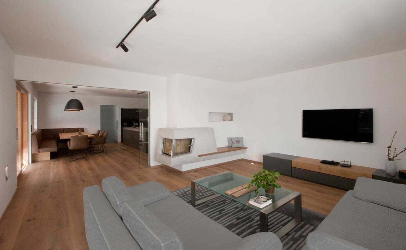 Wohnbereich im Erdgeschoss mit Feuerstelle