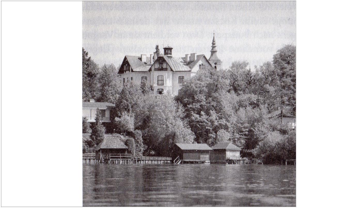 """VILLA DAHEIM ( Schmidtvilla ) vom Attersee aus, mit Kirche Seewalchen im Hintergrund. Aus dem Buch, """"Die Villen vom Attersee""""Marie-Theres Arnbom."""