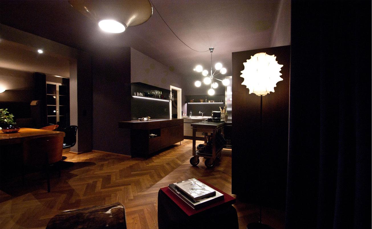 Wohnraum aus der Sicht der Chaise longue von Le Corbusier in Richtung Küche.
