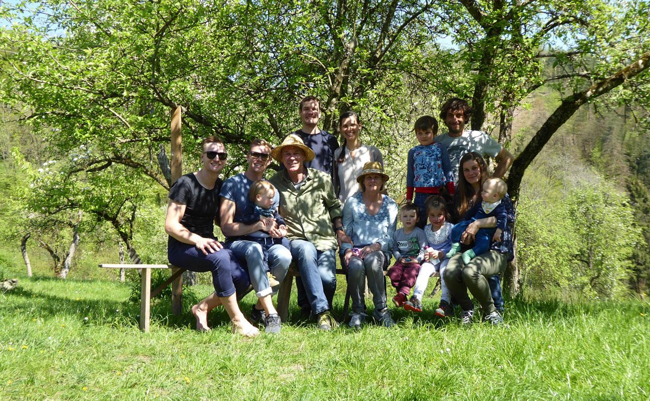 Die Familie im Obstgarten des Bernagutes.