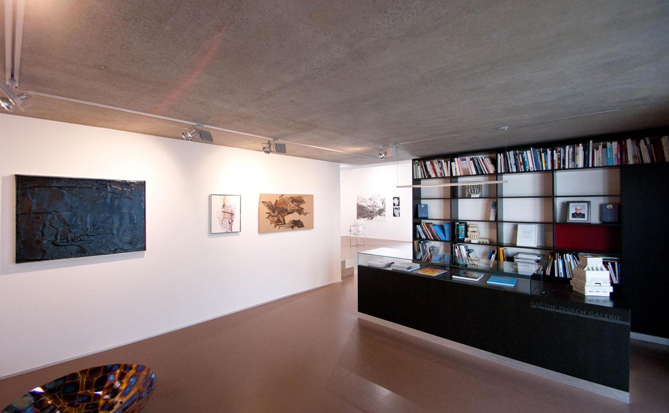 Raum mit Infopult und Bibliothek