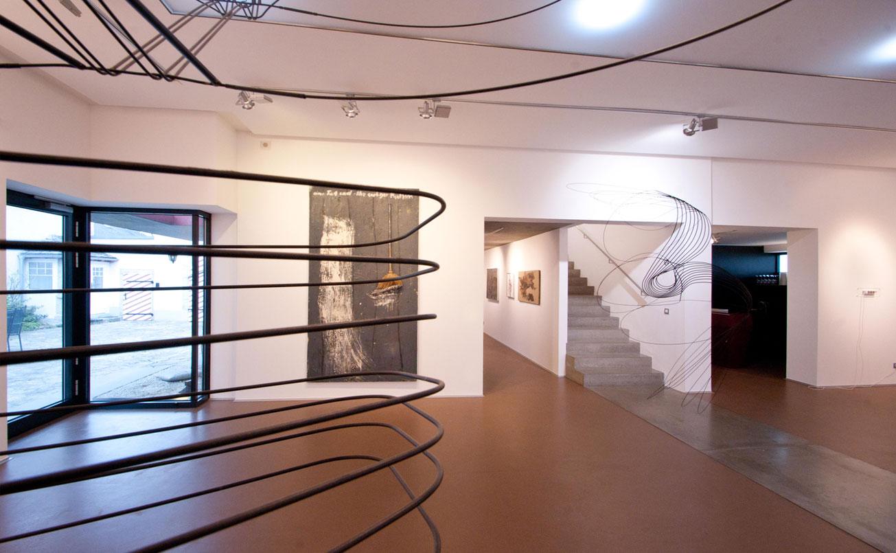 Sicht durch ein Objekt von Constantin Luser Richtung Aufgang zum 3. Ausstellungsraum und Aussichtsweg