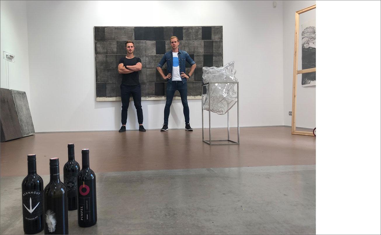Patrick und Laurenz vor einer Arbeit von Rudi Stanzl und hinter der Skulptur von Hans Kupelwieser